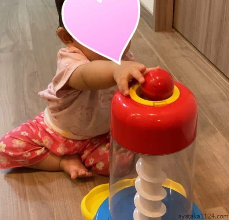 トイサブのおもちゃで遊ぶ1歳の娘