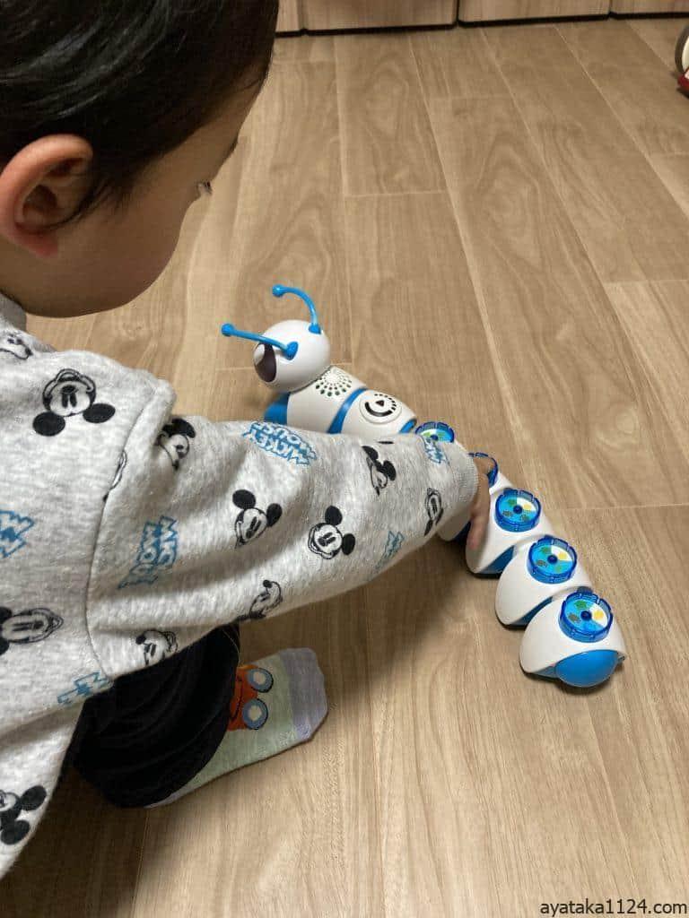 プログラミングロボコードAピラーツイストで遊ぶ3歳の息子