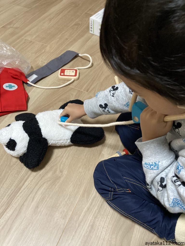 ドクターセットで遊ぶ3歳の息子