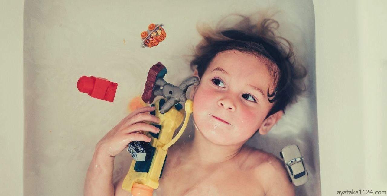 レンタルおもちゃで遊ぶこども