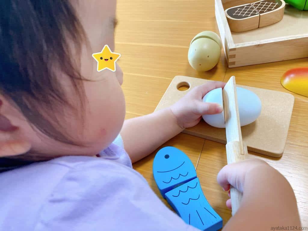 包丁で切る娘